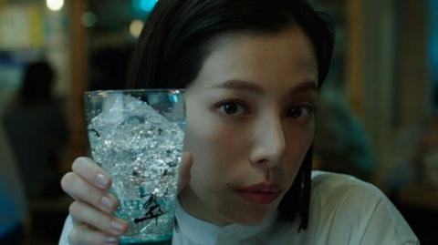 サントリージャパニーズジン「翠(SUI)」のCMに起用された桜井ユキ。凜(りん)としたたたずまいに目を奪われる