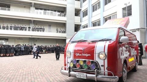 「グリコワゴン」は今でも毎年東北に向かう。熊本や広島の被災地へも車を走らせる。走行距離はもうすぐ1万1111キロメートルになるという。1はポッキーにちなんだ数字で同社では縁起がいいとのこと