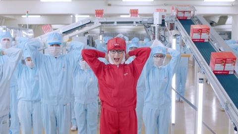 工場での撮影では綾瀬も赤い作業服を着用した