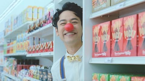 14年は妻夫木聡がグリコのお菓子に変身して世界中を旅して笑顔を届けるという内容。メッセージは「みんなのキゲンがよくなればきっと世界はうまくいく smile.Glico 」