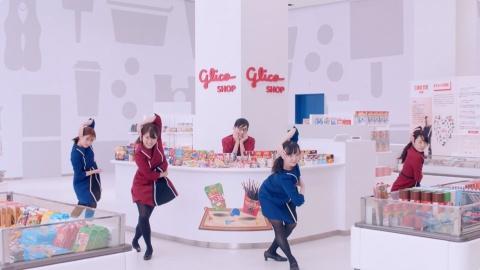 キレのいい踊りを披露する従業員。MIKIKO氏が撮影当日も指導した