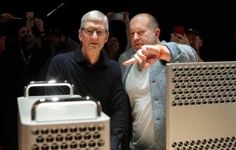 故スティーブ・ジョブス氏の時代からアップルのデザインをリードしてきたジョニー・アイブCDO(最高デザイン責任者、右)が、2019年後半に同社を去ることになった。「iMac」「iPhone」「iPad」を手がけた伝説のデザインエグゼクティブが抜けた穴を、ティム・クックCEOはどう埋めようとしているのか(写真/AP、アフロ)