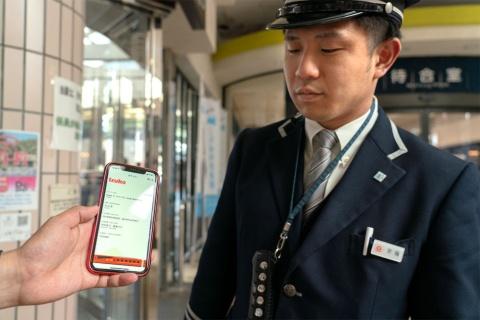 東京急行電鉄やJR東日本などが伊豆エリアで提供するMaaSアプリ「Izuko(イズコ)」。デジタルフリーパスを駅員などに見せるだけで、指定エリア内をスムーズに移動可能