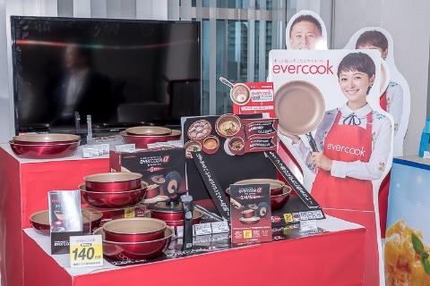特殊なフッ素加工技術を持つメーカーと共同開発した「evercook(エバークック)フライパン」。業界で初めて1年保証を付けた。140万個のヒット商品