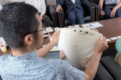 クッションは大きく伸びる素材で作られているのが特徴。腰に当てるなど実用性も高い