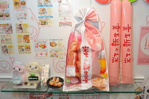 収穫された生姜は冷蔵輸入され、日本国内の工場で加工される。パッケージには、「New Ginger」の文字が