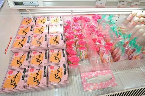 売店には、岩下の新生姜はもちろん、各種コラボ商品が並ぶ