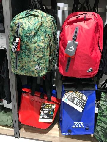 防水素材のバッグ「ZAT」は、雨の中放置しても中が濡れない、汚れを水洗いできるなど、現場でも人気のアイテム