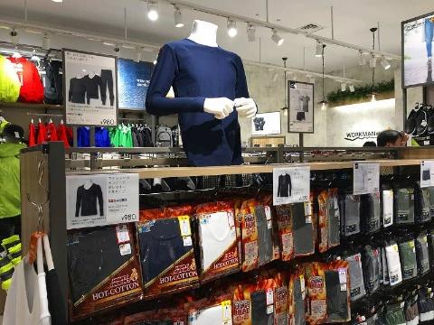 吸湿発熱機能を備えた長袖シャツは980円。真冬の通勤にも重宝しそう