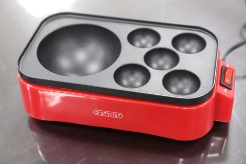 直径10センチのたこ焼きが作れる「ギガたこ焼き器」。焼き上がるまでに20分以上かかるため、その隣で通常サイズのたこ焼きが作れるようになっている