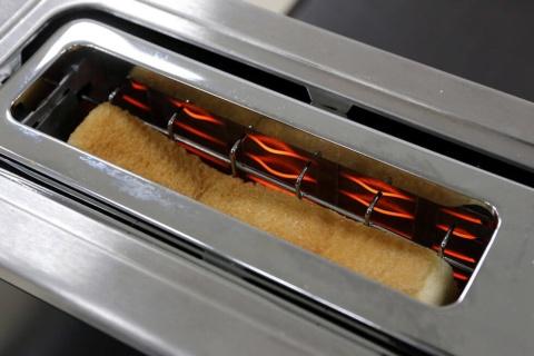 最高温度400度以上と魚焼きグリル並みの高火力のクロムヒーターを搭載し、パンの表面だけを効率的に焼くことができる。水分の蒸発量を4%に抑えることで、高級食パンのもっちり感を残しつつ、外側をサクッとした歯ごたえにしたという