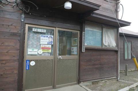 仲ノ町駅ホームに隣接している本社。小さな小屋にしか見えない(失礼)