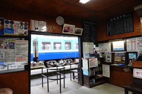 時刻表は手書き、切符は手売りと、ノスタルジーを感じさせる駅構内。当然SuicaやPASMOといったICカードには対応していない