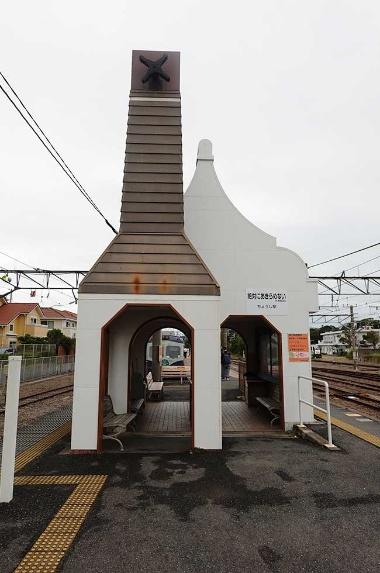 JR銚子駅のホーム端に間借りしている形の銚子電鉄の銚子駅(無人駅)。左の煙突状の建造物は、かつて風車が回る風車小屋だった