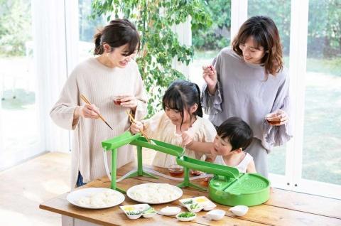 自宅で子供と食事をする機会が増えたことなどを反映し、例年より売れ行きが好調だという流しそうめん器「二代目 本格流しそうめん」(写真提供/ライソン)