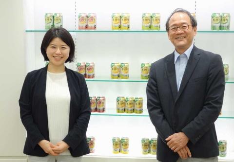 「本物の果実を搾ったおいしさを味わってほしい」という森口 敏也氏(右)、小野寺 有紀氏(左)