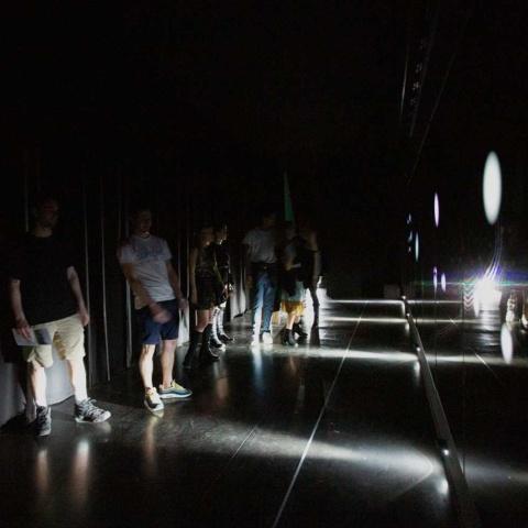 ゾーン1:人の動きに映像と音響が連動する暗い回廊からスタート