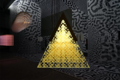 AtMaはインテリアデザイナー鈴木良とアーティストの小山あゆみのユニット。重なり合う模様が描き出す奥行き感で空間を演出した