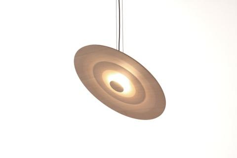 スイス出身のデザイナー、ディミトリ・ベーラーによる「パラボールライト」は、シーリングライト。円板状の薄い木材に凹凸のあるパターンを加工することで陰影や光のグラデーションを与えている