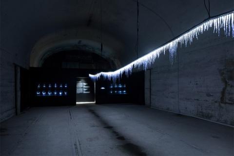 TAKT PROJECTはミラノ中央駅高架下の旧倉庫で初の海外個展を開催。LEDと紫外線硬化樹脂を組み合わせた作品で、人工的なものと自然なものの「中間」という在り方を提示した