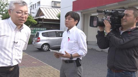 澤村 慎太郎 記者(中央)(『さよならテレビ』より) (C)東海テレビ