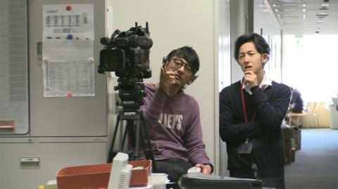 番組冒頭の中根芳樹カメラマン(左)と土方ディレクター(右)が並んで映っているカット。『さよならテレビ』(C)東海テレビ
