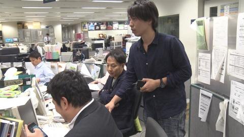 『さよならテレビ』ワイヤレスマイクを仕込む音声の枌本昇氏(右) (C)東海テレビ