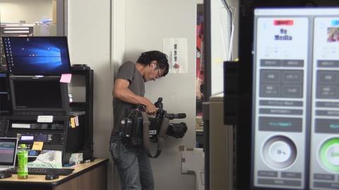 編集室を撮影する中根芳樹カメラマン(撮影:枌本昇氏) (C)東海テレビ