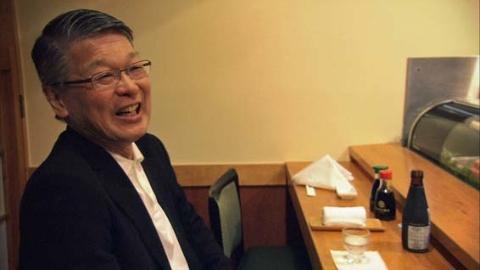 行きつけのすし店での満屋裕明医師(『Dr.MITSUYA 世界初のエイズ治療薬を発見した男』より)(C)NHK