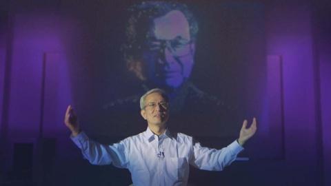 被写体を真正面から捉えるインタビューの構図(『ブレイブ 勇敢なる者』「硬骨エンジニア」より)(C)NHK