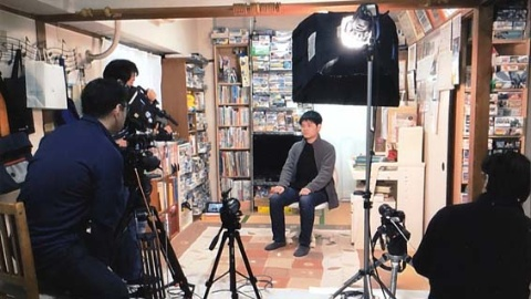 インタビューの撮影風景。ベランダからもカーテン越しに照明が当てられている(BS1スペシャル『ボクの自学ノート~7年間の小さな大冒険~』撮影時)