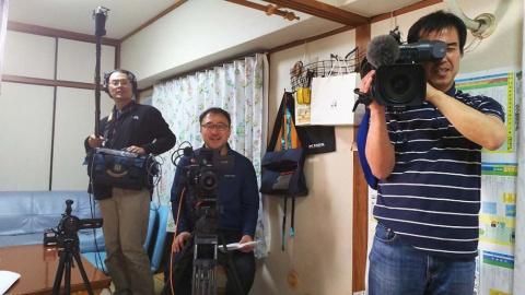 被写体側から見たインタビュー時の風景。(左)音声・中山寛史氏、(中央)ディレクター・佐々木健一氏、(右)撮影・藤田岳夫氏(BS1スペシャル『ボクの自学ノート~7年間の小さな大冒険~』撮影時)