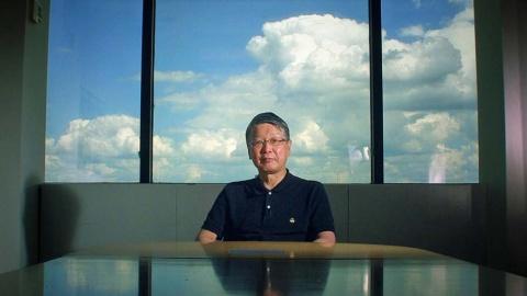 インタビューを受ける満屋裕明医師(『Dr.MITSUYA 世界初のエイズ治療薬を発見した男』より)(C)NHK