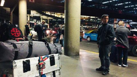 米シアトル・タコマ国際空港に立つ藤田岳夫カメラマン(『ブレイブ 勇敢なる者』「Mr.トルネード」撮影時)