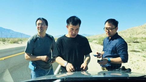 米国カリフォルニア州パームデザートにて。(左)音声・大畠聡氏(中央)撮影・藤田岳夫氏、(右)ディレクター・佐々木健一氏(『ブレイブ 勇敢なる者』「Mr.トルネード」撮影時)