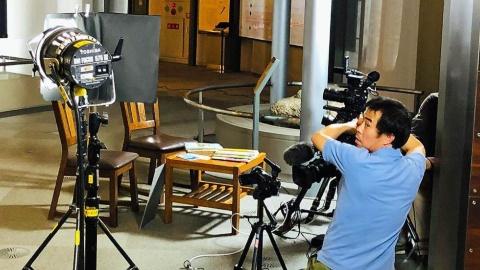 インタビューのセッティングをする藤田岳夫カメラマン(BS1スペシャル『ボクの自学ノート~7年間の小さな大冒険~』撮影時)