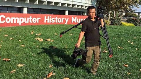 米国コンピューター歴史博物館での藤田岳夫カメラマン(『ブレイブ 勇敢なる者』「硬骨エンジニア」撮影時)