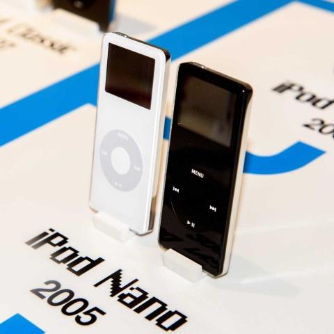 初代「iPod nano」。4GBモデルで1000曲収録できた。「iPod nanoは初代のiPod以来最大の革命と言ってもよい新製品。携帯音楽市場全体のルールを根本的に変えてしまう」とスティーブ・ジョブズも太鼓判(写真:Anton_Ivanov / Shutterstock.com)
