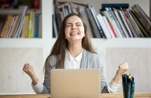 勝った! この衝撃をすぐにメディアに伝えなければ ※画像はイメージ(写真:fizkes/Shutterstock.com)