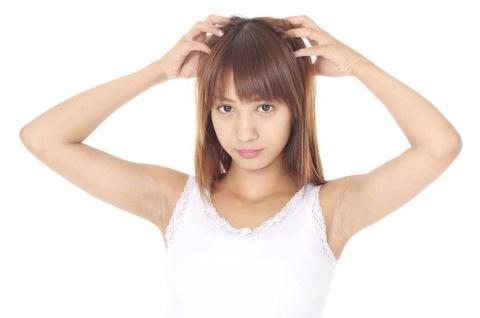 髪の毛に付いた「白いもの」の正体は…… ※画像はイメージです(写真提供:teresa/PIXTA)
