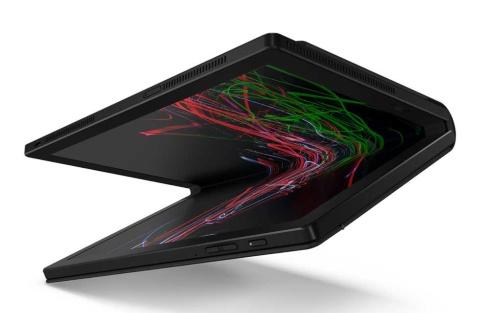 筆者の鈴木正義氏ご自慢の、レノボ「ThinkPad X1 Fold」(画像提供/レノボ・ジャパン)