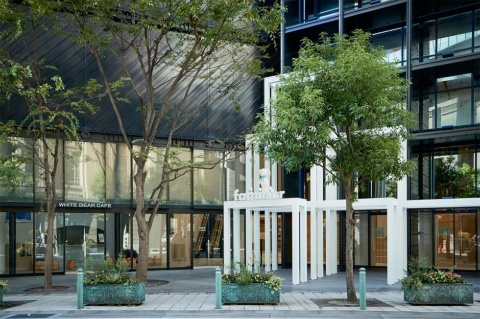 ファミリア神戸本店は、大丸神戸店の南側にあるビルの1階と2階を利用している