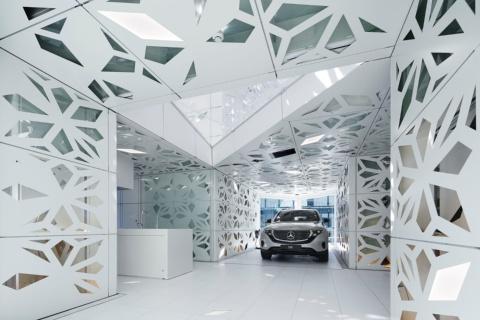 EQ Houseの中に入ると、左手にキッチンなどがあり、車と生活空間が一体化している。両空間をガラススクリーンが隔てる