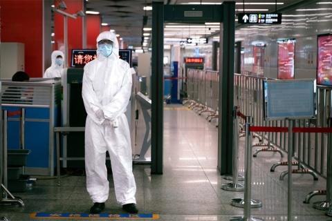 中国の地下鉄の入り口に設置されている、新型コロナウイルスと荷物の検査所(写真/Shutterstock)