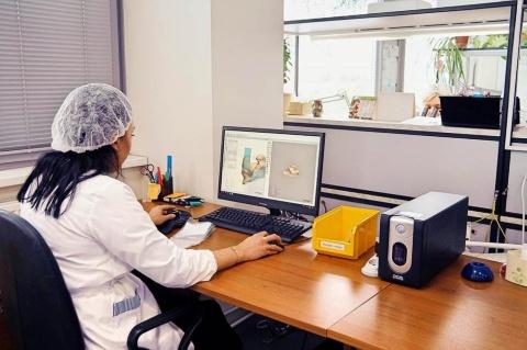 耳型を取り、3Dプリンターで個人に合った補聴器を作る