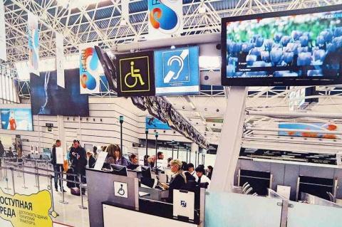 モスクワのシェレメチェボ国際空港にあるインフォメーション誘導システム(カウンターの上に置いてある四角い機器)。ここに近づくと全体のアナウンスなどが無線装置を通して聞こえてくる