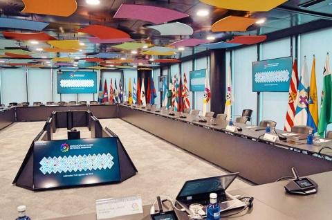 全クラブのフラッグが並ぶラ・リーガの会議室。会見などもここで行われる