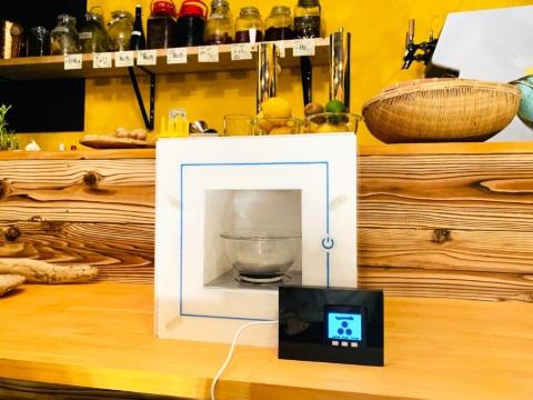 調味料マシン「colony(コロニー)」のプロトタイプ。外付けの端末画面で好みの味付けを選ぶと、それに合わせた配分の調味料が本体で抽出される