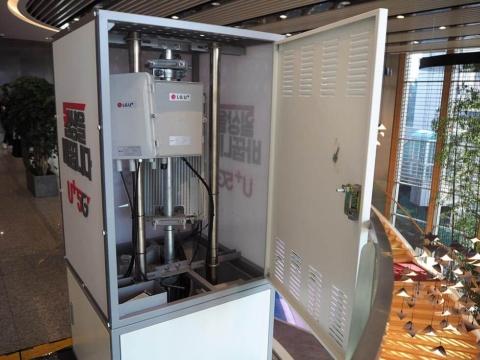 LGユープラスの本社ロビーから2階に上がったところに、稼働中の5G基地局があった