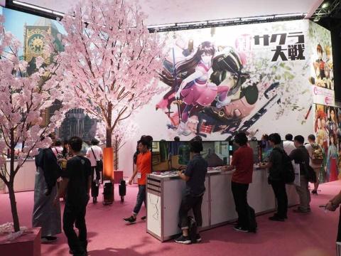 造花の桜で飾り立てられた『新サクラ大戦』の試遊コーナーは、セガゲームス/アトラスのブースでもいちだんと華やか